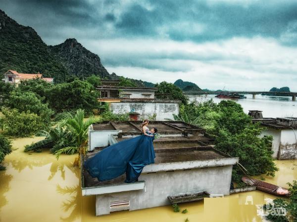 chụp ảnh cưới mùa mưa lũ, chụp ảnh cưới trên nóc nhà, lên nóc nhà chụp ảnh cưới