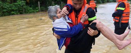 xúc động cảnh cứu lũ, xúc động cảnh người dần cứu lũ