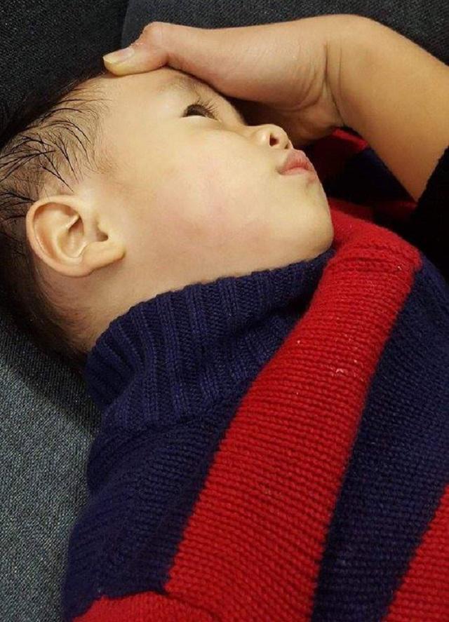 bác sĩ tát trẻ tới khám, sốc bác sĩ tát trẻ 23 tháng tuổi khi cháu bé tới khám viêm mũi