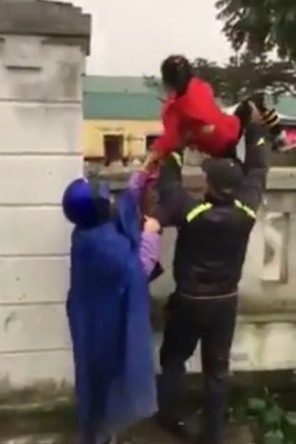 phụ huynh phải bế con trèo tường trong thời tiết lạnh
