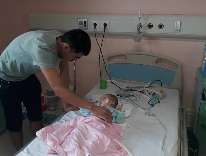 bé 9 tháng tuổi tím tái ngất lịm sau mũi tiêm của y sĩ