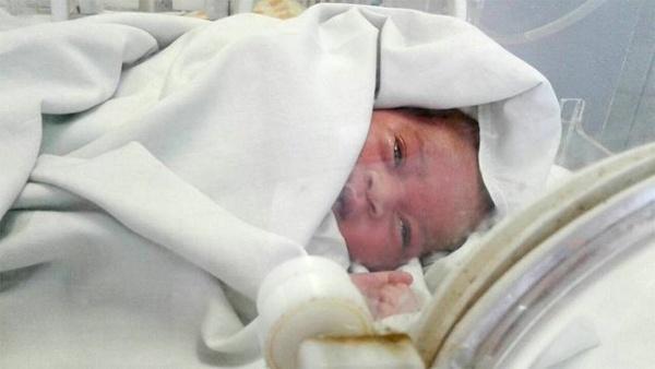 bé sơ sinh sống sót kỳ diệu