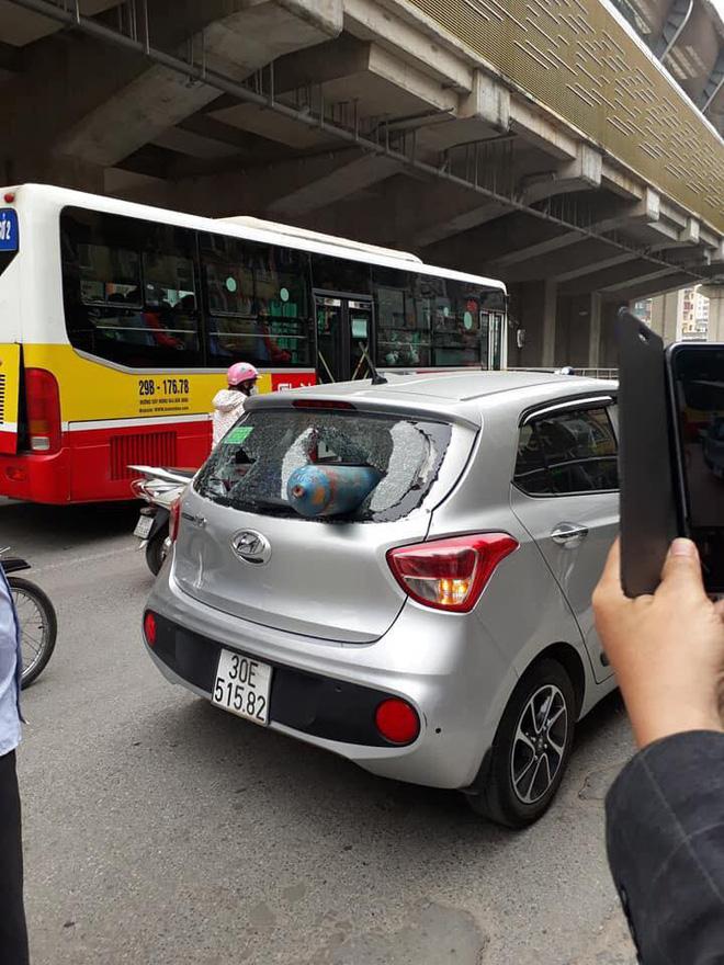 bình gas rơi trúng xe ô tô đang lưu thông