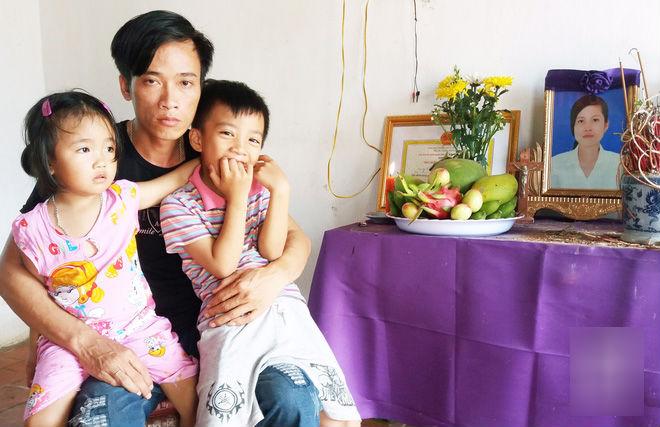 Ánh mắt ngây thơ của hai đứa trẻ trước tấm di ảnh mẹ trên bàn thờ