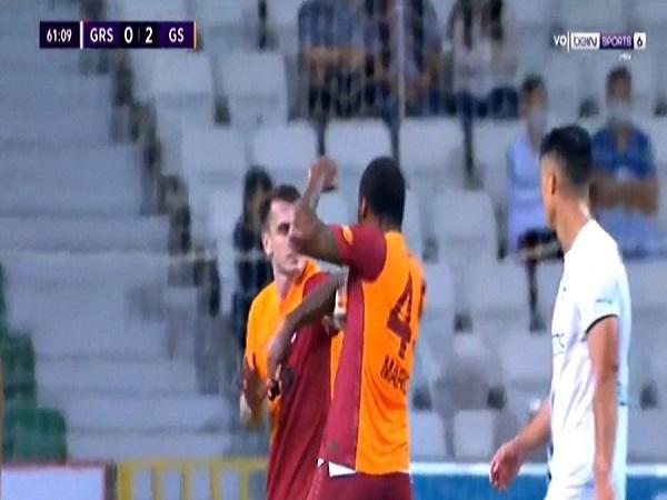 Cầu thủ Galatasaray ăn thẻ đỏ vì đấm đồng đội túi bụi